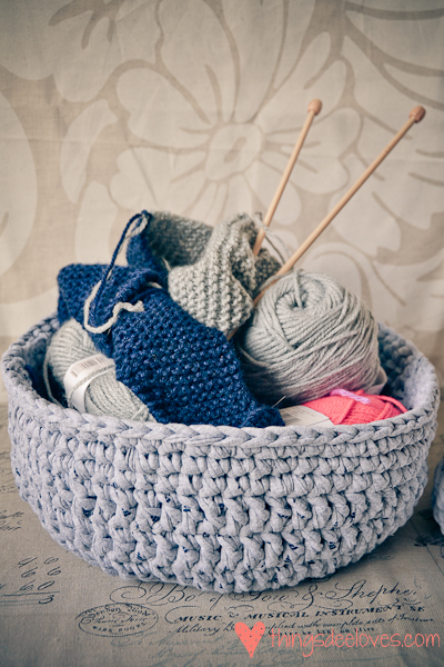 Loving...crocheted T-shirt yarn baskets - Thingsdeeloves